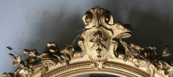 Durch mechanische Einwirkung wurde drahtunterstützte Bekrönung des Spiegelrahmens beschädigt. Ein Großteil der ausgebrochenen Stuckteile konnte aufgesammelt werden.