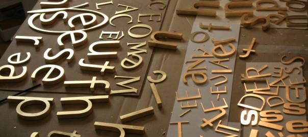 vergoldete Buchstaben für den Ladenbau